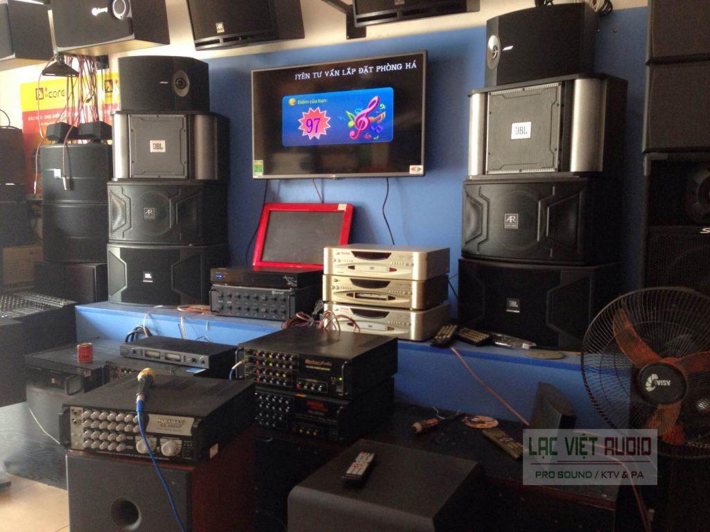 Loa BMB 850 trong showroom