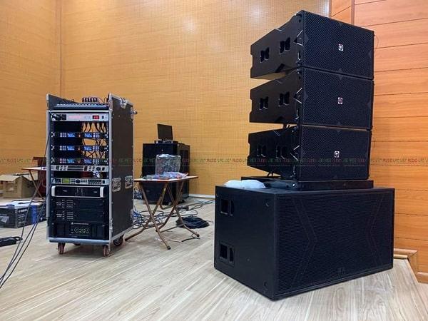 Lắp đặt âm thanh hội trường cần các thiết bị như loa, cục đẩy, mixer,...